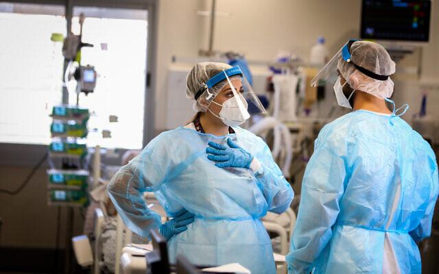 Des agents de santé dans le service de coronavirus de l'hôpital Ziv à Safed, le 11 août 2021. (Crédit : David Cohen/Flash90)