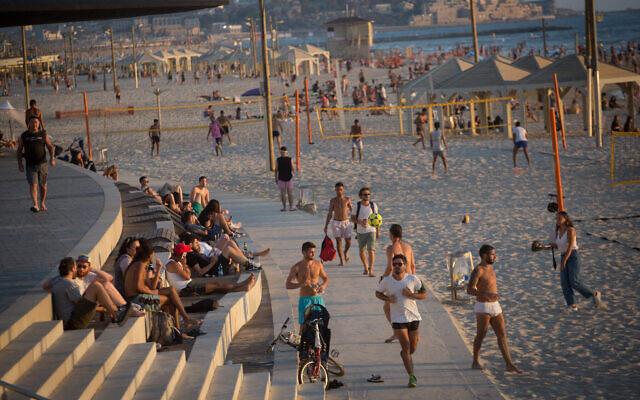 Illustration : Des Israéliens à la plage de Tel Aviv, par une chaude journée d'été, le 6 juillet 2021. (Crédit : Miriam Alster/Flash90)