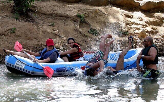 Des Israéliens aiment faire du bateau sur la rivière Hatzbani dans le nord d'Israël, le 2 juin 2010. (Crédit : Edi Israel/ Flash90)