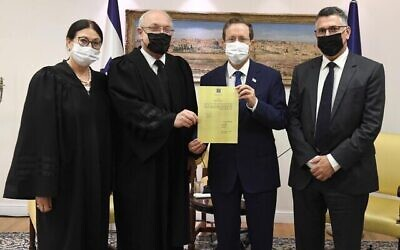 La présidente de la Cour suprême Esther Hayut, le vice-président de la Cour suprême Neal Hendel, le président Isaac Herzog et le ministre de la Justice Gideon Saar à Jérusalem le 18 août 2021. (Crédit : Mark Neyman/GPO)