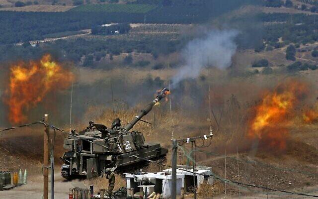 Des obusiers automoteurs israéliens tirent en direction du Liban depuis une position située près de la ville de Kiryat Shmona, au nord du pays, suite à des tirs de roquettes du groupe terroriste libanais Hezbollah, le 6 août 2021. (Crédit : Jalaa Marey/AFP)