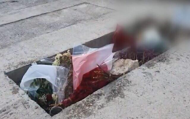 La tombe d'un officier de Tsahal décédé en prison dans des circonstances peu claires. (Crédit : capture d'écran/Kan)
