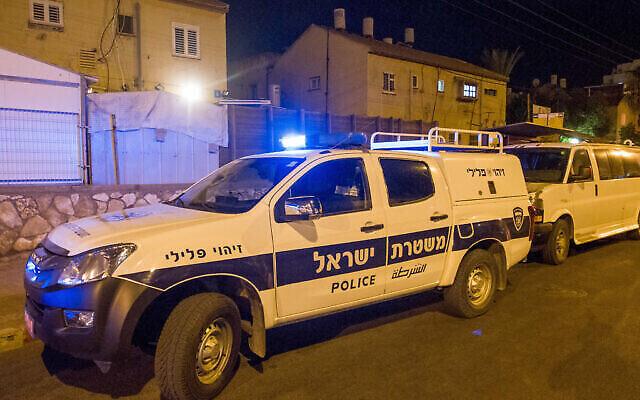 Illustration : Un véhicule de police sur une scène de  crime à Netanya, le 14 octobre 2018. (Crédit : Flash90)