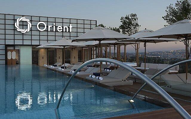 La piscine à débordement sur le toit du nouvel hôtel d'Isrotel, The Orient, à Jérusalem. (Crédit : avec l'aimable autorisation d'Ori Akerman)