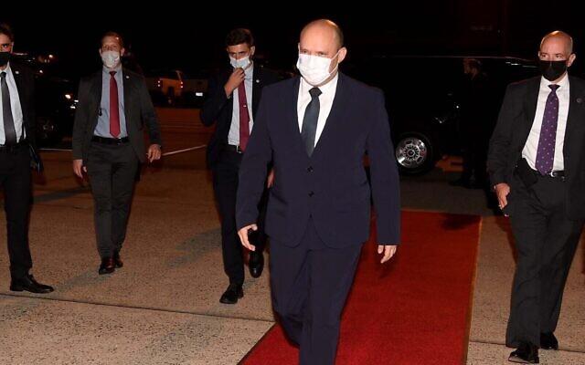 Le Premier ministre Naftali Bennett embarque à bord d'un avion sur la Joint Base Andrews aux abords de Washington, le 29 août 2021. (Crédit :  Avi Ohayon/GPO)