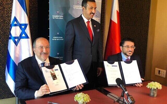 Dore Gold, président du Jerusalem Center for Public Affairs (à gauche), signe un protocole d'accord avec le Dr Abdullah bin Ahmad al Khalifa, sous-secrétaire aux relations internationales du Bahreïn (à droite), à l'hôtel King David à Jérusalem, le 8 août 2021. (Lazar Berman / Times d'Israël)