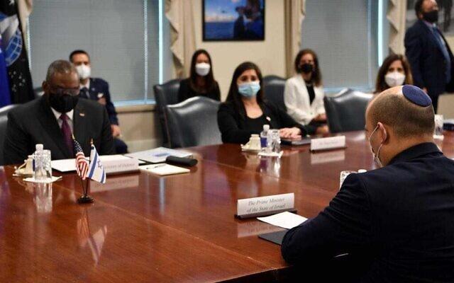 Le Premier ministre Naftali Bennett rencontre le secrétaire américain à la Défense Lloyd Austin au Pentagone le 25 août 2021. (Crédit : Avi Ohayon/GPO)