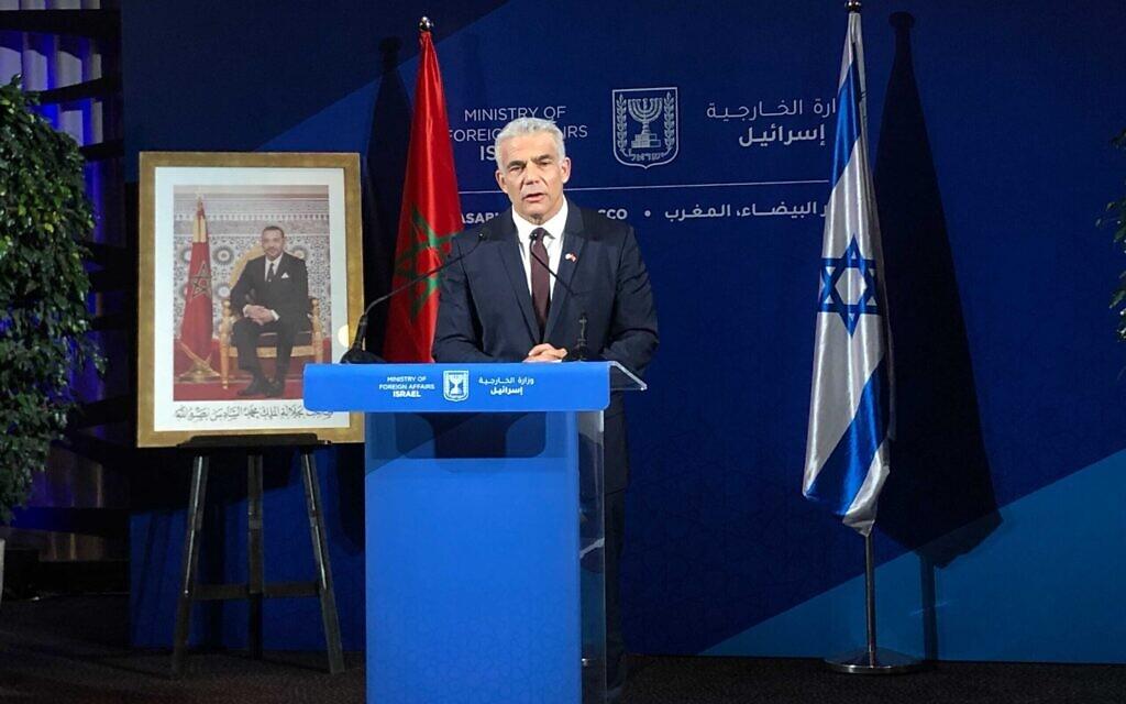 Le ministre des affaires étrangères Yair Lapid s'exprime à Rabat, au Maroc, le 12 août 2021. (Crédit : Lazar Berman)