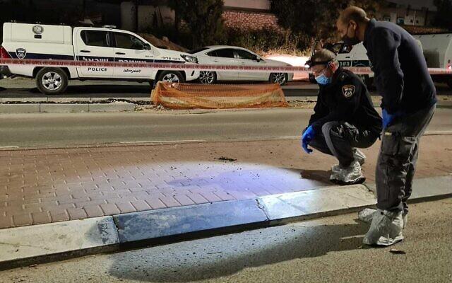 Photo d'illustration : La police sur les lieux d'une fusillade dans la ville bédouine de Rahat, le 8 avril 2021. (Crédit : Police israélienne)