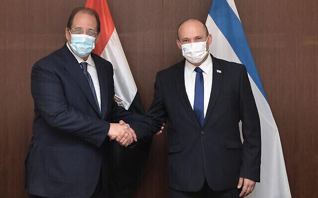 Le Premier ministre Naftali Bennett (à droite)  a rencontré Abbas Kamel, le directeur de la Direction générale des renseignements égyptiens, à Jérusalem le 18 août 2021. (Crédit : Kobi Gideon / GPO)