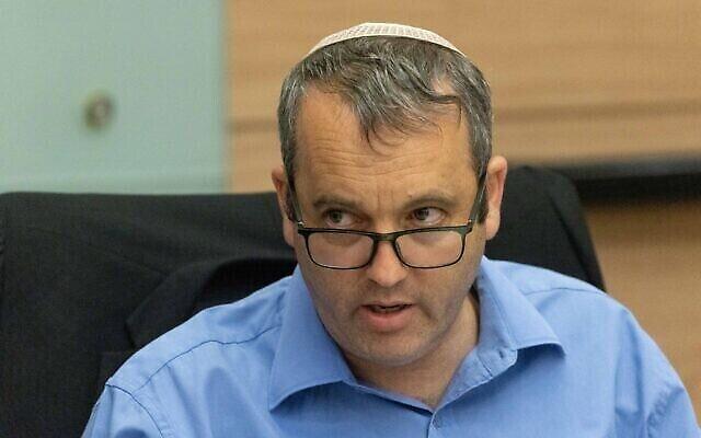 Le député travailliste Gilad Kariv a présidé une réunion de la commission de la Constitution, du droit et de la justice de la Knesset le 5juillet 2021. (Crédit : Yonatan Sindel/Flash90)