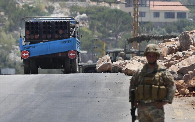 Un soldat de l'armée libanaise se tient à côté d'un lance-roquettes placé sur une camionnette qui a été utilisée par le Hezbollah pour tirer des roquettes sur le nord d'Israël, dans le village de Chouya, au sud-est du pays, le 6 août 2021. (Crédit : AP/Mohammed Zaatari)
