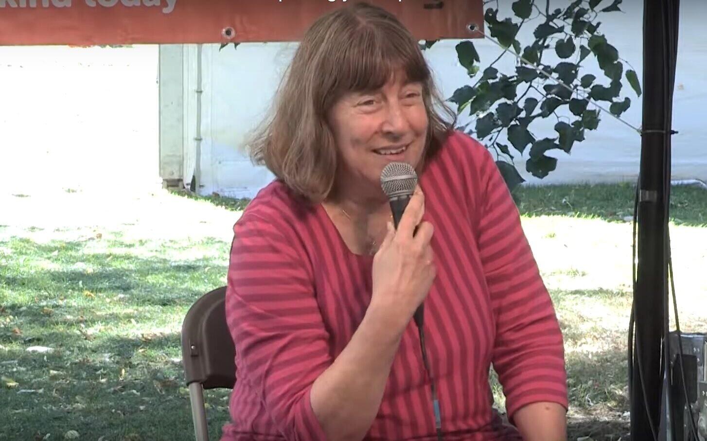 Le Dr Lindsey Taylor-Guthartz prend la parole lors du festival annuel des arts, de la foi et de la justice de Greenbelt, au Royaume-Uni, en 2016. (Crédit : YouTube)