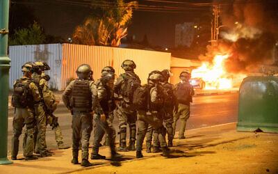 La police est vue à Lod lors d'émeutes ethniques dans la ville mixte judéo-arabe du centre d'Israël, le 12 mai 2021. (Crédit : Yossi Aloni/Flash90)