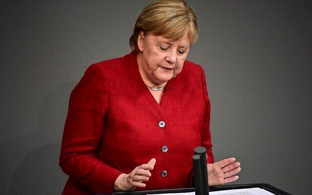 La chancelière allemande Angela Merkel parle durant une séance plénière au Bundestag à Berlin, le 25 août 2021. (Crédit : Tobias Schwarz/AFP)