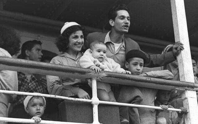 Des Juifs du Maroc arrivent par bateau au port de Haïfa, le 24 septembre 1954. (Crédit : COHEN FRITZ/GPO)
