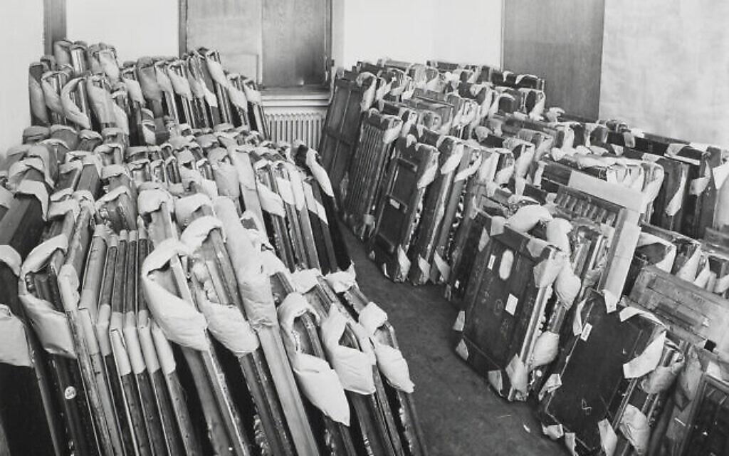 Œuvres d'art pillées entreposées au Central Collecting Point, Munich, vers 1945-1949. (Crédit : Johannes Felbermeyer/Institut de recherche Getty, Los Angeles)