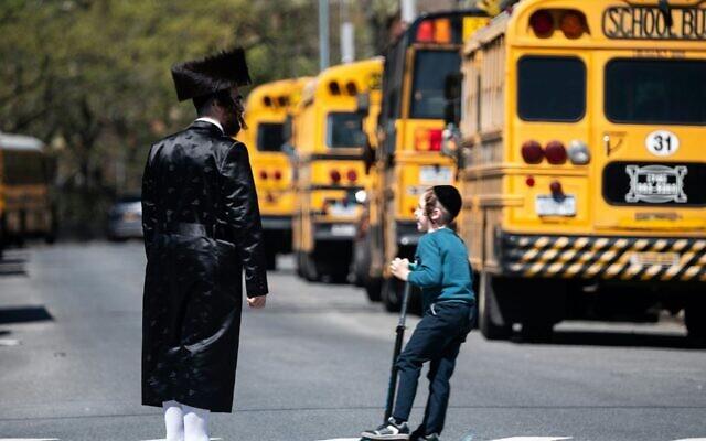 Des bus scolaires sont alignés dans le quartier de Williamsburg, à Brooklyn, le 24 avril 2019. (Crédit : Johannes Eisele/AFP via Getty Images/JTA)