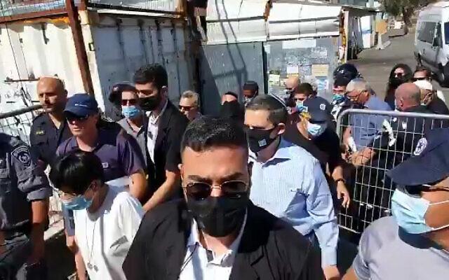 Les membres de la commission d'enquête sur la bousculade de Meron visite les lieux du drame, le 2 août 2021. (Crédit : capture d'écran/Twitter)