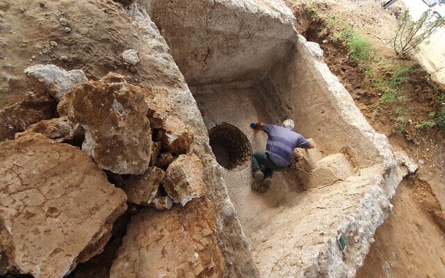 Un ancien pressoir à vin dévoilé à Ramat Hasharon. (Crédit : Yoli Schwartz/Israel Antiquities Authority)