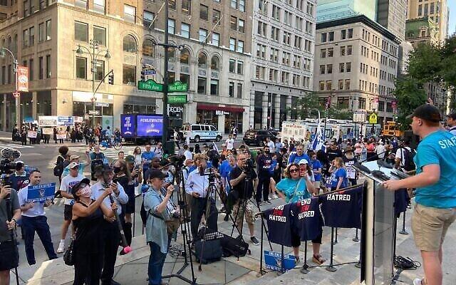 Des militants pro-israéliens ont manifesté contre Ben & Jerry's devant la Bibliothèque publique de New York, à Manhattan, le 12 août 2021. (Crédit : Jacob Magid/Times of Israel)