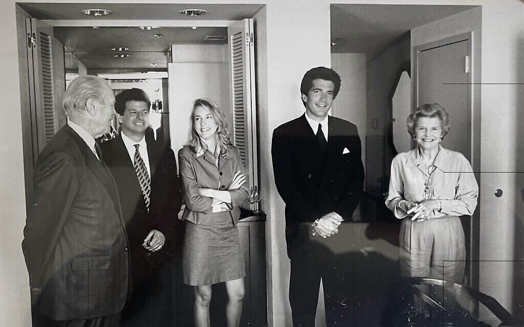 De gauche à droite : L'ancien président américain Gerald Ford, Gary Ginsberg, l'autrice Elizabeth Mitchell, JFK Jr., et betty Ford à la convention nationale républicaine de 1996. (Crédit :  David Kennerly/ Autorisation Ginsberg)