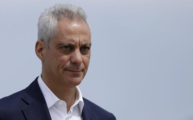 Le maire de Chicago de l'époque, Rahm Emanuel, a salué en arrivant à une conférence de presse à l'extérieur de la tour de contrôle du trafic aérien sud de l'aéroport international O'Hare à Chicago, le 22 avril 2019. (Crédit : Kiichiro Sato/AP)