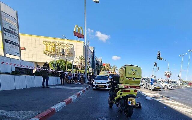 La scène d'une fusillade mortelle à l'extérieur d'un centre commercial à Rishon Le Zion, le 18 août 2021 (Crédit : Magen David Adom).