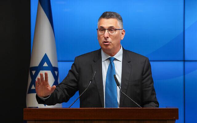 Le ministre de la Justice Gideon Saar s'exprime lors d'une conférence de presse à Jérusalem, le 6 juillet 2021. (Crédit : Amit Shabi/POOL)
