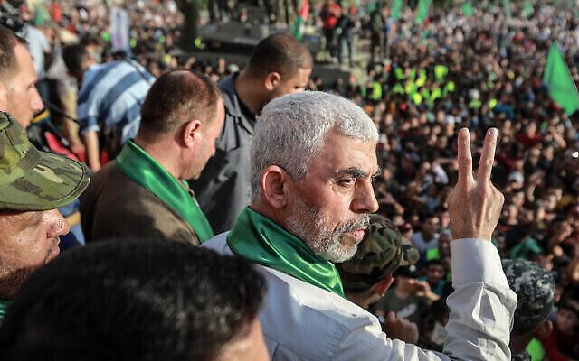 Yahya Sinwar, leader du mouvement terroriste palestinien du Hamas, fait des gestes lors d'un rassemblement à Beit Lahiya le 30 mai 2021. (Crédit : Atia Mohammed/Flash90)