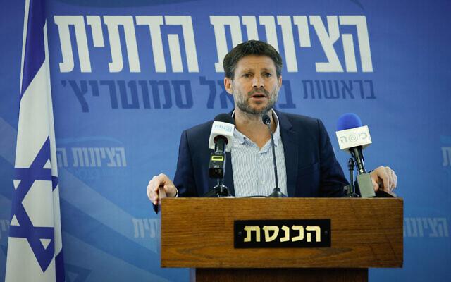 Le député sioniste religieux Bezalel Smotrich prend la parole lors d'une réunion de faction à la Knesset à Jérusalem, le 5 juillet2021. (Crédit : Olivier Fitoussi/Flash90)