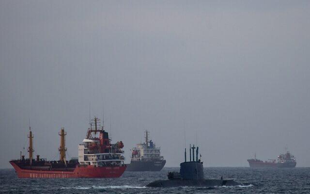 Illustration : Un sous-marin militaire israélien navigue devant des cargos en mer Méditerranée, en Israël, le 29 septembre 2020. (Crédit : AP Photo/Ariel Schalit)