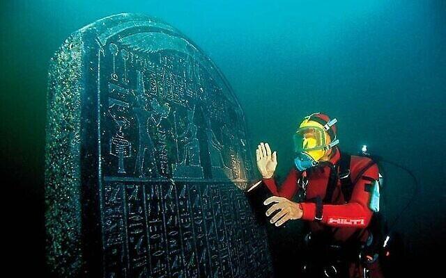 L'archéologue marin Frank Goddio travaille sur le site des vestiges engloutis de Thonis-Heracleion. (Crédit : Wikimedia Commons)