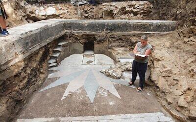 L'excavation de la Grande Synagogue de Vilna en Lituanie montrant la zone de l'arche de la Torah et deux volées d'escaliers détruites par les nazis et les Soviétiques, août 2021. (Crédit : Jon Seligman/Autorité israélienne des antiquités)