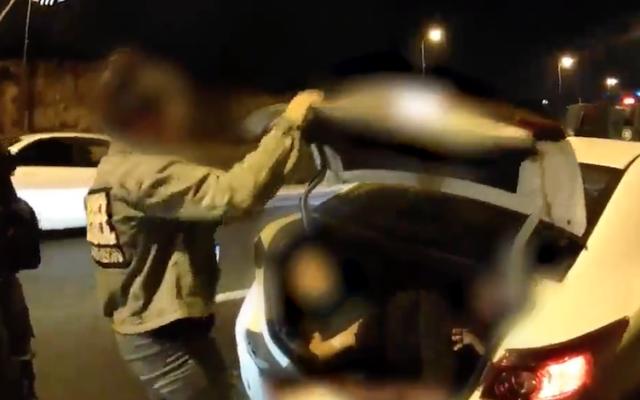 Une femme est arrêtée alors qu'elle conduisait avec deux de ses enfants dans le coffre à Jérusalem le 10 août 2021. (Police israélienne / Capture d'écran)