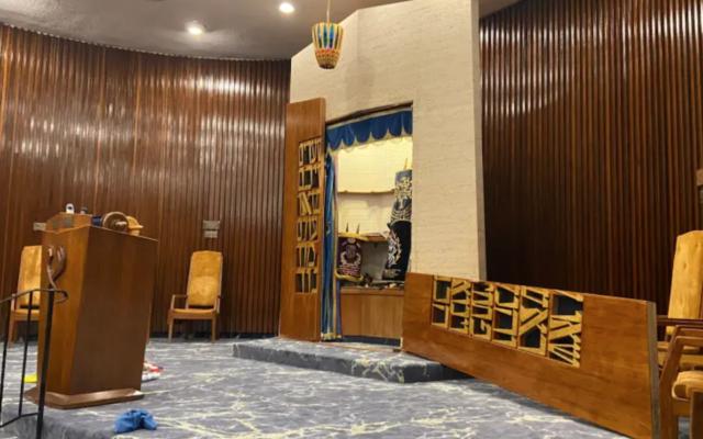 Un synagogue Chabad of the Beaches à Long Beach, New York,, vandalisée le 21 août 2021. (Crédit : Eli Goodman/Twitter via JTA)