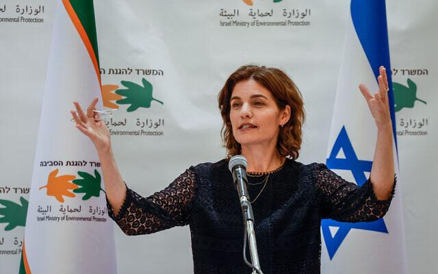 Tamar Zandberg, nouvellement nommée ministre de la Protection de l'environnement, lors d'une cérémonie de passation de pouvoirs au ministère de la Protection de l'environnement à Jérusalem, le 15 juin 2021.(Crédit : Olivier Fitoussi/Flash90)