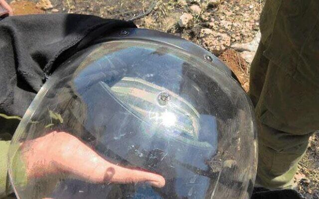 Un impact  de balle est visible sur le casque d'un soldat de Tsahal, qui a été abattu alors qu'il répondait à une violente manifestation près d'Hébron en Cisjordanie, le 12 mai 2021. (Crédit : Shin Bet)