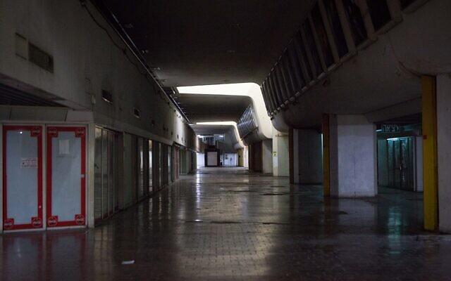 Illustration : les halls vides du premier étage de la gare routière centrale de Tel Aviv, le 26 juillet 2019. (Crédit : Miriam Alster/FLASH90)
