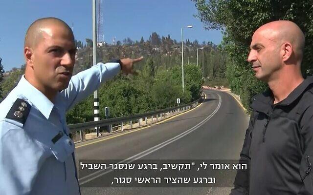 Le commandant de police israélien  Kobi Yaakobi, à gauche, et le superintendant en chef Dvir Tamim s'expriment devant les caméras de la Treizième chaîne à proximité de l'hôpital psychiatrique Eitanim, le 17 août 2021. (Capture d'écran : Treizième chaîne)