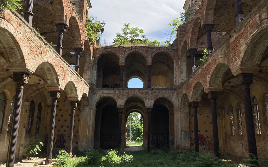 L'ancien sanctuaire de la synagogue centrale de Vidin, en Bulgarie, construit en 1894, est aujourd'hui en ruine et dépourvu de toit. La communauté locale investit 6 millions d'euros dans la rénovation de la synagogue pour en faire un centre communautaire. (Crédit : Jonah Goldman Kay/JTA)