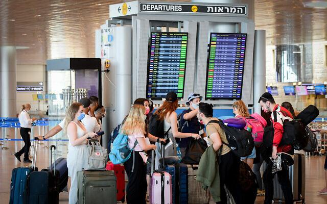 Voyageurs dans le hall des départs de l'aéroport international Ben Gourion, le 5 août 2021 (Crédit : Avshalom Sassoni/FLASH90).