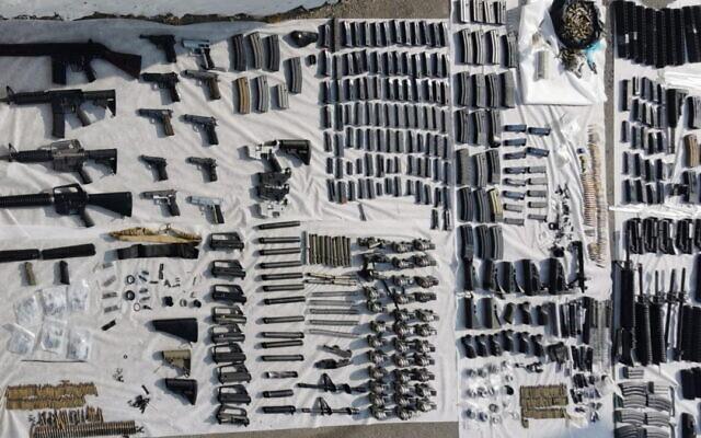 Des policiers ont découvert un certain nombre d'armes à feu et des dizaines de pièces d'armes à Hébron, le 27 août 2021. (Crédit : Police israélienne)