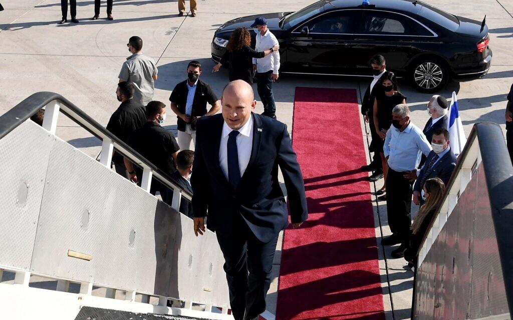 Le Premier ministre Naftali Bennett monte à bord de son avion à destination des États-Unis, le 24 août 2021. (Crédit : Avi Ohayon/GPO)