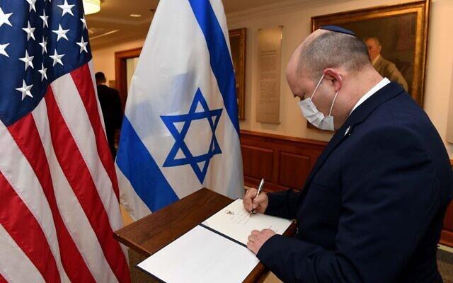 Le Premier ministre Naftali Bennett à l'entrée du Pentagone, le 25 août 2021. (Crédit : Avi Ohayon/GPO)