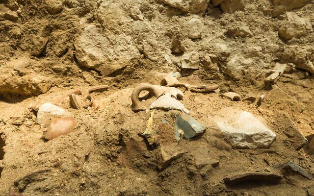 Des restes d'outils découverts dans la Cité de David, à Jérusalem, dans une couche de destruction datant du 8e siècle avant notre ère, qui a coïncidé avec un tremblement de terre massif mentionné dans la Bible. Les outils ont probablement été brisés pendant le tremblement de terre. (Eliyahu Yanai/ Cité de David)