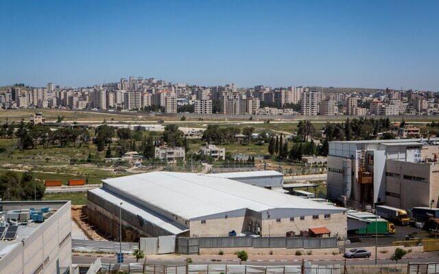 La zone industrielle d'Atarot, avec la banlieue de Ramallah, Kafr Aqab, en arrière-plan. (Miriam Alster/Flash90)