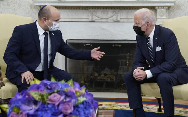 Le président américain Joe Biden rencontre le Premier ministre Naftali Bennett dans le bureau ovale de la Maison Blanche, le vendredi 27 août 2021, à Washington, DC. (AP Photo/Evan Vucci)