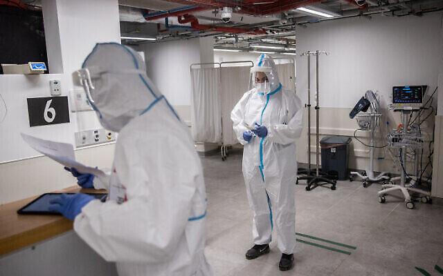 Image d'illustration : Des membres de l'équipe de l'hôpital Herzog portant des équipements de sécurité alors qu'ils travaillent dans la salle du coronavirus du centre médical Herzog à Jérusalem, le 29 juillet 2021. (Yonatan Sindel/Flash90)