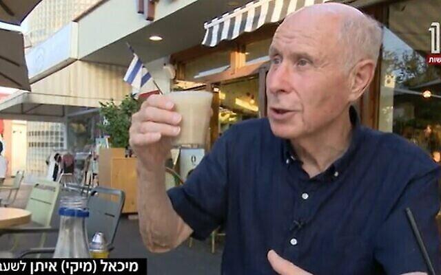 L'ancien député Michael Eitan tient une tasse de café, quatre mois après une opération au cerveau pour le soulager des symptômes de la maladie de Parkinson. (Capture d'écran / La Douzième chaîne)